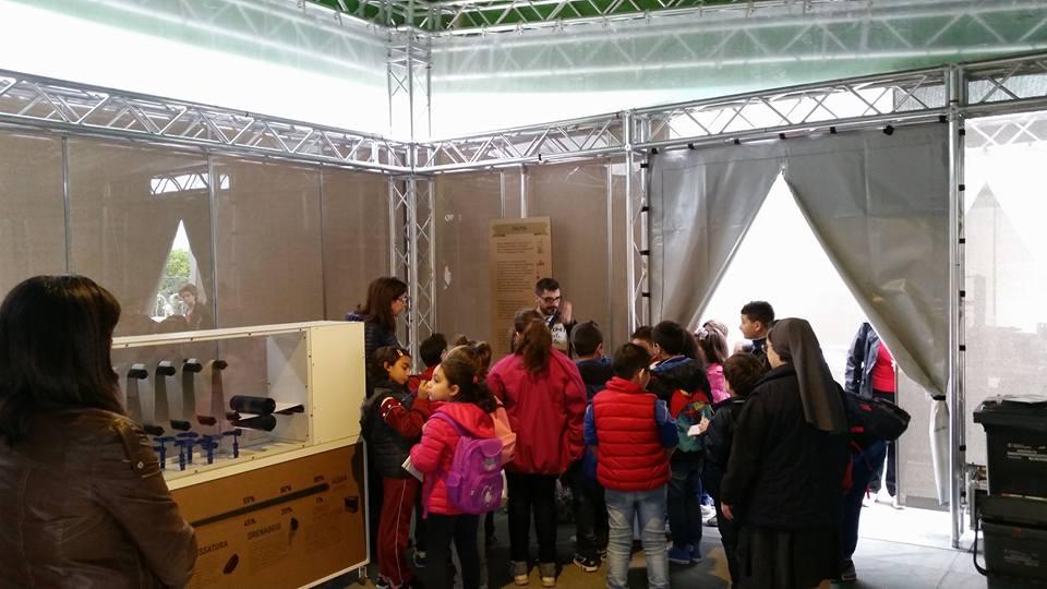 Luigi Rescigno con i ragazzi entusiasti al Palacomieco di Reggio Calabria.